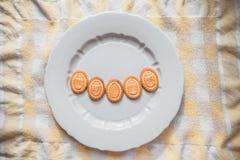 Achtergrond met koekjes in de vorm van paaseieren met koekjes op een grijze plaat Stock Foto's