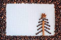 Achtergrond met koffie Hoogste mening van geroosterde en grondkoffie aan een gehele, unground achtergrond van koffiebonen Stock Fotografie