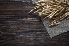 Achtergrond met oren van tarwe op de donkere houten raad Stock Fotografie