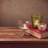 Achtergrond met oud boek en kaarsen op houten lijst Stock Afbeelding