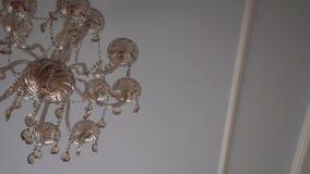 Achtergrond met plafond en chrystal kroonluchter stock videobeelden