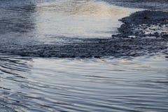 Achtergrond met rivierwater die in het rivierbed over stenen stromen royalty-vrije stock afbeelding
