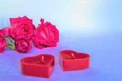 Achtergrond met rode harten, giften en kaarsen Het concept Valentine Day royalty-vrije stock afbeelding
