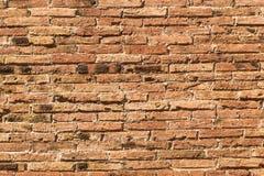 Achtergrond met rode uitstekende bakstenen muur Stock Afbeeldingen
