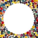 Achtergrond met rond kader - multicolored knopen op een witte oppervlakte royalty-vrije stock afbeeldingen