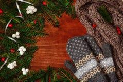 Achtergrond met sparrentakken, bessen, sjaal en vuisthandschoenen Stock Afbeeldingen