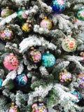 Achtergrond Mooi Kerstmisspeelgoed op de spar Royalty-vrije Stock Afbeeldingen