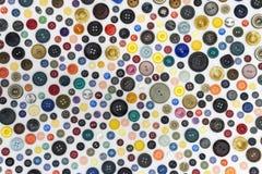 Achtergrond - multicolored knopen op een witte oppervlakte stock afbeeldingen