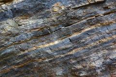 Achtergrond op basis van de textuur van rots Zwarte en rode steen met het hellen lagen en barsten royalty-vrije stock foto's