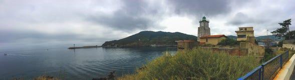 Achtergrond, panorama van de kust dichtbij de stad van Haven Vander, de vuurtoren en de pijler stock foto's