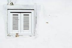 Achtergrond: Roestig venster op de witte muur Stock Afbeeldingen