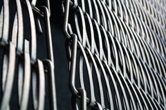 Achtergrond of textuur op een grijze muur een rooster van metaal een draad die onder zich ineenstrengelt Haken en lijnen Meetkund royalty-vrije stock afbeelding