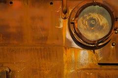 Achtergrond, textuur, oud, ijzer roestige rode oppervlakte Het lichaam van oude vrachtwagensclose-up, koplamp stock afbeeldingen