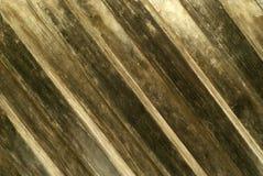 Achtergrond, textuur: oude verdonkerde houten die muur van overlapte diagonale latjes wordt gemaakt royalty-vrije stock fotografie