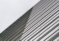 Achtergrond of textuur van een grijze en monophonic metaaloppervlakte met glasbladen dwarsliggers Bouwmaterialen royalty-vrije stock afbeelding