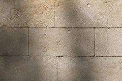 Achtergrond, textuur van een lichte kalksteenmuur, coquinablokken stock afbeelding