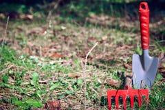Achtergrond, tuin het schoonmaken, kleine schop, hark, royalty-vrije stock foto