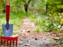 Achtergrond, tuin het schoonmaken, kleine schop, hark, op linkerzijde stock foto