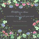 Achtergrond, uitnodigingskaart, malplaatjeprentbriefkaar met gele wildflowers, de klaverbloemen en het gras Stock Foto's