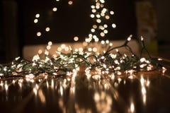 Achtergrond vage Kerstmislichten op vloer voor portretten stock afbeelding