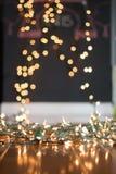 Achtergrond vage Kerstmislichten op vloer voor portretten royalty-vrije stock foto