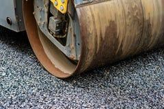 Achtergrond van asfaltrol dat stapelt en heet asfalt drukt De machine van de wegreparatie stock afbeelding