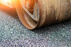 Achtergrond van asfaltrol dat stapelt en heet asfalt drukt De machine van de wegreparatie stock fotografie