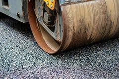 Achtergrond van asfaltrol dat stapelt en heet asfalt drukt De machine van de wegreparatie royalty-vrije stock afbeelding