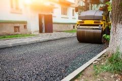 Achtergrond van asfaltrol dat stapelt en heet asfalt drukt De machine van de wegreparatie royalty-vrije stock fotografie