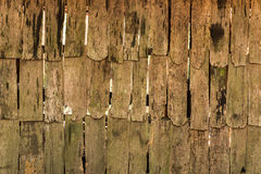 Achtergrond van bederfhout op de oude oppervlakte van de plattelandshuisjemuur Stock Afbeelding