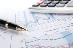 Achtergrond van bedrijfsgrafiek en een pen Stock Afbeeldingen