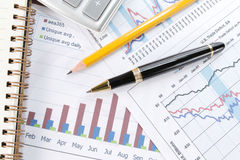 Achtergrond van bedrijfsgrafiek en een pen Stock Foto