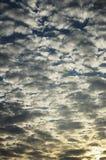 Achtergrond van bewolkte hemel bij dageraad Royalty-vrije Stock Afbeeldingen
