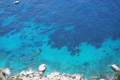 Achtergrond van blauw overzees water stock afbeeldingen