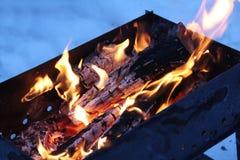Achtergrond van brand en zwart hout Donkere grijze, zwarte witte steenkolen op heldere brand binnen metaalkoperslager Het houten  Royalty-vrije Stock Fotografie