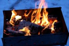 Achtergrond van brand en zwart hout Donkere grijze, zwarte witte steenkolen op heldere brand binnen metaalkoperslager Het houten  Royalty-vrije Stock Afbeelding