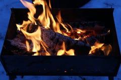 Achtergrond van brand en zwart hout Donkere grijze, zwarte witte steenkolen op heldere brand binnen metaalkoperslager Het houten  Stock Afbeelding