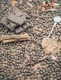 Achtergrond van chocoladereep, koffie, hazelnoten, voor vakantie Stock Foto's