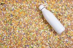 Achtergrond van confettien met elementen met betrekking tot Carnaval en de zomer stock foto's