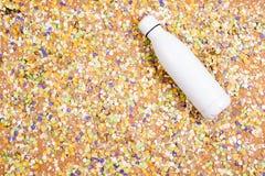 Achtergrond van confettien met elementen met betrekking tot Carnaval en de zomer stock afbeeldingen