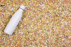 Achtergrond van confettien met elementen met betrekking tot Carnaval en de zomer stock fotografie