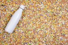 Achtergrond van confettien met elementen met betrekking tot Carnaval en de zomer royalty-vrije stock foto's