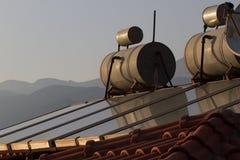Achtergrond van daken met het verwarmen van tank op bovenkant royalty-vrije stock foto's