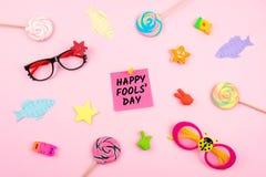 Achtergrond van de de Dagviering van April Fools de 'met document vissen, kleverig nota en decor op roze achtergrond Alle Dwazen  royalty-vrije stock fotografie