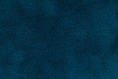 Achtergrond van de donkerblauwe close-up van de suèdestof Fluweel matte textuur van marineblauwe nubucktextiel Stock Afbeeldingen