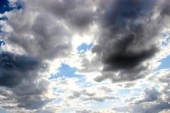 Achtergrond van de donkere bewolkte hemel Stock Afbeelding