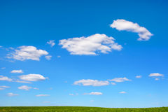 Achtergrond van de hemel en het groene gras Royalty-vrije Stock Fotografie