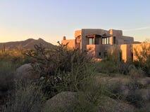 Achtergrond van de het huisberg van het woestijn xeriscape ontwerp de nieuwe stock fotografie