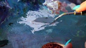 Achtergrond van de het messen de bewegende close-up van het schilderspalet stock footage