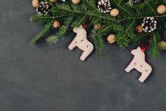 Achtergrond van de Kerstmis de donkere vakantie, natuurlijke die decoratie in een samenstelling met hand worden geplaatst - gemaa Royalty-vrije Stock Foto's